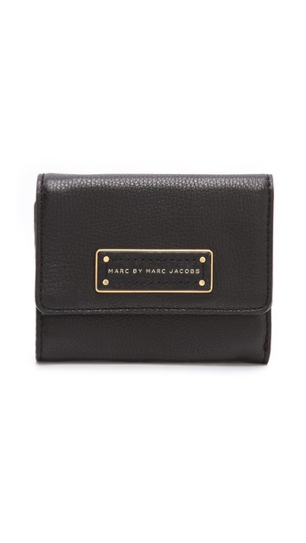 Kupi Marc by Marc Jacobs tasnu online i raspordaja za kupiti Constructed in wrinkled leather, this Marc by Marc Jacobs wallet is detailed with an antiqued brass logo plate. The tri fold interior has 3 card slots, 1 bill slot, and 2 pockets. Leather: Cowhide. Imported, China. MEASUREMENTS Height: 3.5in / 9cm Length: 5in / 12.5cm. Available sizes: One Size