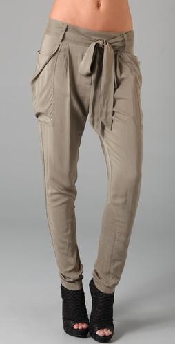 腿内侧带有罗纹针织内嵌,背面有斜纹接缝.裤脚口长 11 英寸.