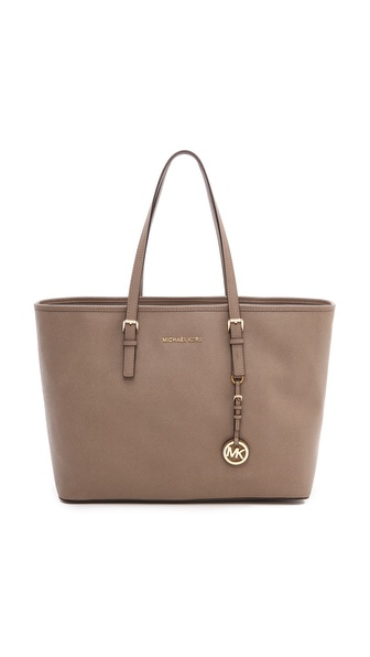 Kupi MICHAEL Michael Kors tasnu online i raspordaja za kupiti Timeless saffiano leather composes a sturdy Michael Kors tote. Gold tone hardware adds shine. Open top line and slim strap handles. A large zip pouch divides the interior, and 5 notch pockets and a zip compartment outfit the logo lined interior. Dust bag included. Leather: Cowhide. Weight: 39.0oz / 1.11kg. Imported, China. Measurements Height: 11in / 28.0cm Length: 18in / 46cm Depth: 6.25in / 16.0cm Strap drop: 7.75in / 20.0cm. Available sizes: One Size