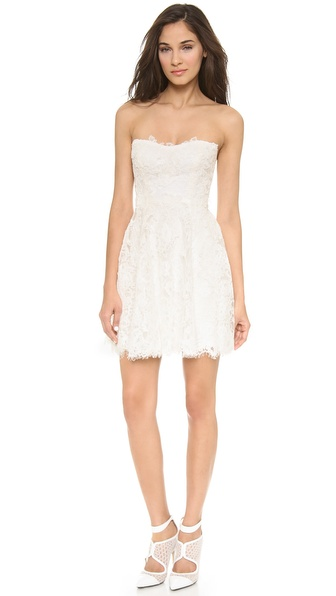 Kupi Monique Lhuillier haljinu online i raspordaja za kupiti A classic silhouette from Monique Lhuillier. This strapless mini dress is crafted in intricate lace and cut for a chic, swingy fit through the skirt. A gentle, modified sweetheart neckline details the fitted, boned bodice. Eyelash trim finishes the scalloped hem. Hidden back zip. Fully lined in silk. Fabric: Lace. Shell: 58% nylon/42% polyester. Lining: 100% silk. Dry clean. Made in the USA. MEASUREMENTS Length: 25in / 63.5cm, from center back. Available sizes: 2,4,6,8