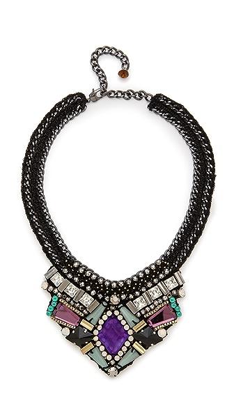 项链采用炮铜色锁链和钩针编织绳股设计