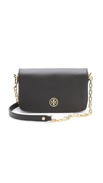 Kupi Tory Burch tasnu online i raspordaja za kupiti Luxe saffiano leather gives a Tory Burch purse a touch of classic appeal. Metal hardware lends a polished finish. The magnetic front flap opens to a logo lined interior with a zip pocket. Dust bag included. Leather: Cowhide. Weight: 19oz / 0.54kg. Imported, China. MEASUREMENTS Height: 5in / 13cm Length: 8in / 20cm Depth: 2.25in / 6cm Strap drop: 22in / 56cm. Available sizes: One Size