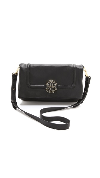 Kupi Tory Burch tasnu online i raspordaja za kupiti An oversized logo medallion sits at the fold over front of this classic Tory Burch satchel. The removable shoulder strap can be clipped to the sides or top for easy wear. Lined 3 pocket interior. Dust bag included. Leather: Cowhide. Weight: 32oz / 0.90kg. Imported, China. MEASUREMENTS Height: 8.5in / 21.5cm Length: 13.5in / 34cm Depth: 2in / 5cm Strap drop: 23in / 58cm. Available sizes: One Size