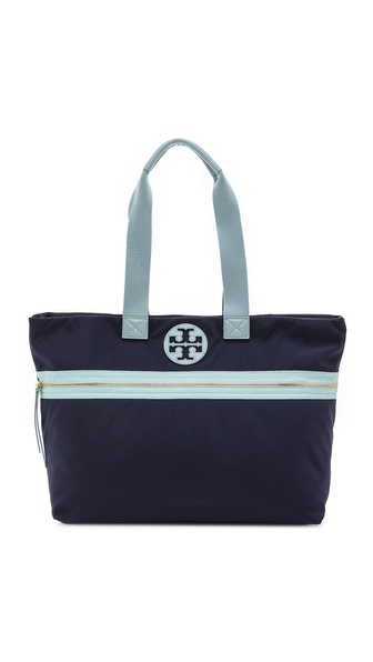 Kupi Tory Burch tasnu online i raspordaja za kupiti A nylon Tory Burch tote with light padding and contrast trim. The top zip opens to a spacious interior with 3 pockets. Full length zip pocket on the exterior. Double handles. Weight: 24oz / 0.68kg. Imported, China. MEASUREMENTS Height: 13in / 33cm Length: 17in / 43cm Depth: 5in / 13cm Strap drop: 8in / 20cm. Available sizes: One Size