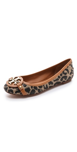 Kupi Tory Burch cipele online i raspordaja za kupiti Leopard patterned raffia lends a modern feel to timeless Tory Burch ballet flats. Leather trim and a polished logo medallion offer sophisticated accents. Leather lining and sole.  Made in Brazil. This item cannot be gift-boxed. - Natural/Tan/Gold