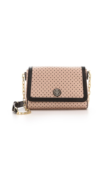 Kupi Tory Burch tasnu online i raspordaja za kupiti Sweet swiss dots detail this vinyl Tory Burch cross body bag with solid leather trim. A magnetic front flap opens to a logo lined interior with 2 compartments and 3 pockets. Slim exterior pocket. Chain strap. Weight: 10oz / 0.28kg. Imported, China. Measurements Height: 7.75in / 20cm Length: 10in / 25.5cm Depth: 4in / 10cm Strap drop: 25in / 63.5cm. Available sizes: One Size