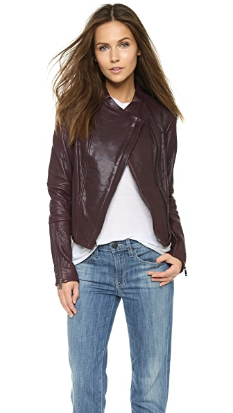 Асимметричная кожаная куртка Vince. Цвет: шираз