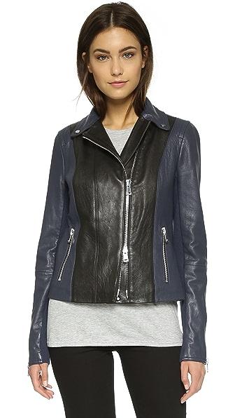 Кожаная байкерская куртка с цветными блоками Vince. Цвет: черный/синий морской