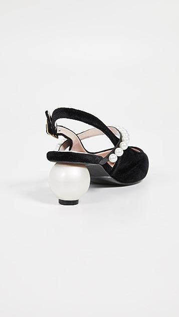 珍珠贝母 珍珠肩带和珍珠鞋跟露跟鞋