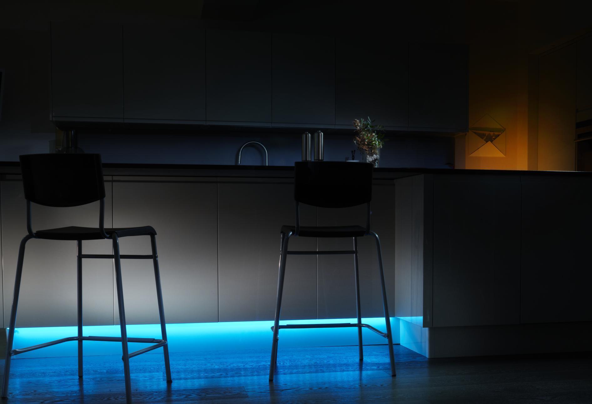 Sanfte indirekte Beleuchtung Wohnbereiche mit Lichtakzenten betonen oder Räume in harmonisches Licht tauchen Wenn Sie Ihre Wohnung gerne schön ausleuchten öffnen Ihnen flexible LEDLichtbänder wie Philips Hue Lightstrip Plus fantasievolle Möglichkeiten