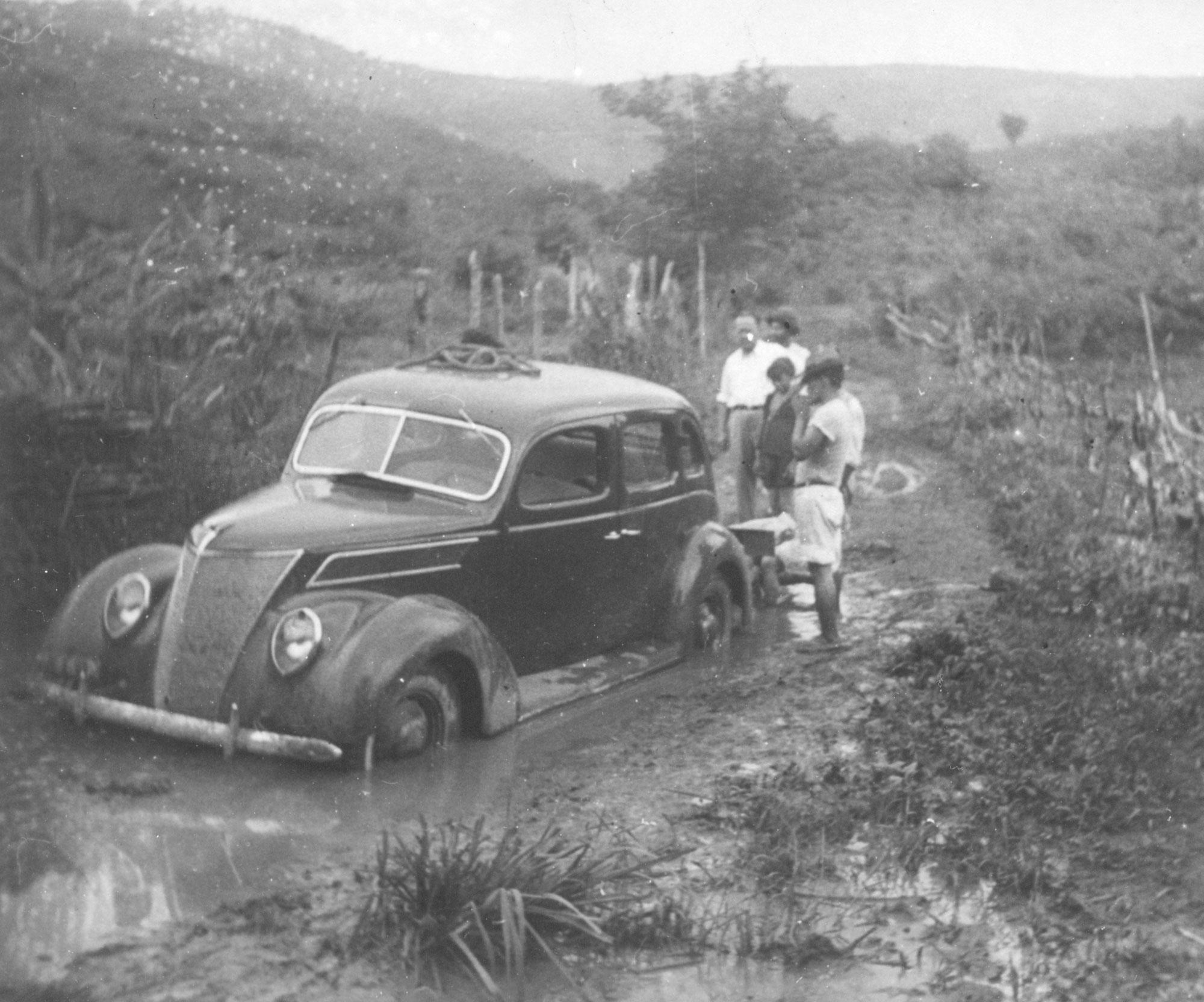 Um Lincoln Zephyr atolado na lama de Fordlândia