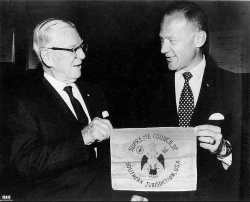 Astronaut Buzz Aldrin presenteert de Scottish Rite vlag die hij naar de maan had genomen met Apollo 11 aan Sovereign Grand Commander Luther A. Smith in 1969