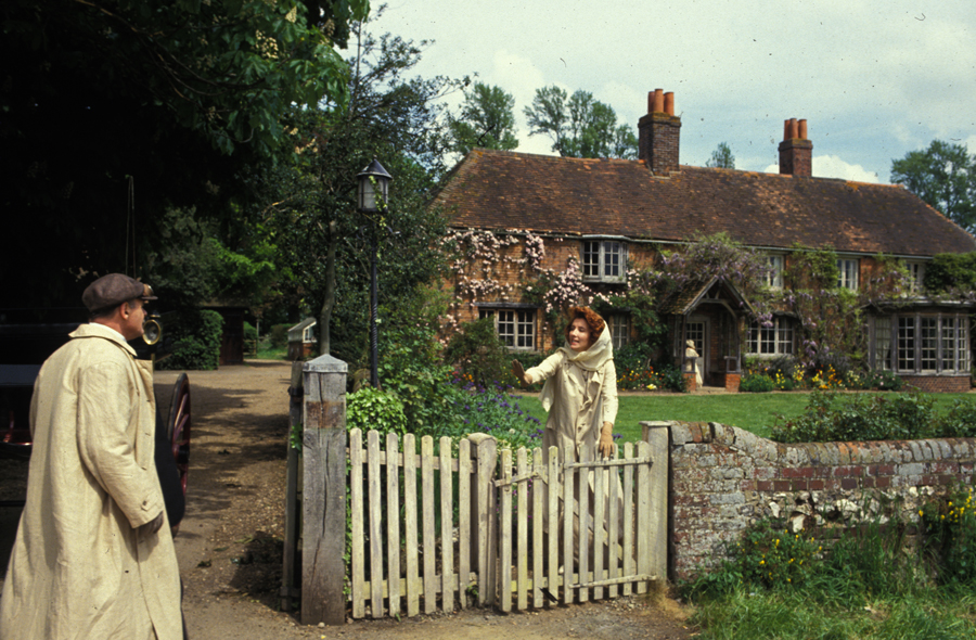 howards end essays In what ways are the realist tendencies of howards end undermined by the presence of the uncanny realism is both reliant on and thoroughly undermined by.