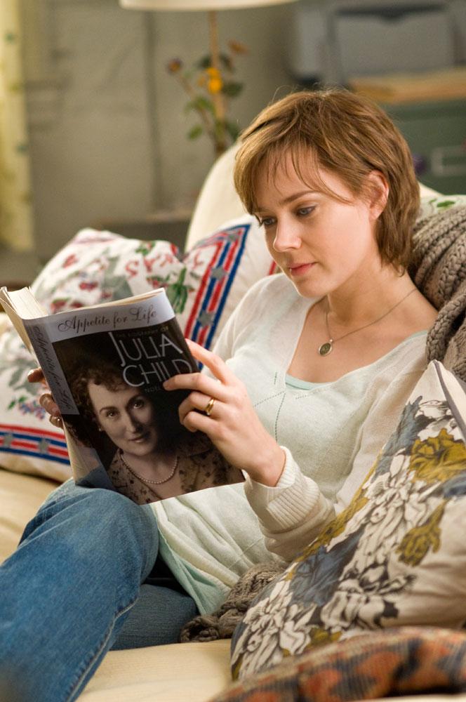 film review julie julia Simultaneously adapting julia child's autobiography my life in france and julie powell's blog-turned-memoir julie & julia, nora ephron's julie & julia is.