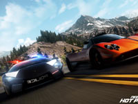 Cop chasing a racer in Need For Speed: Hot Pursuit