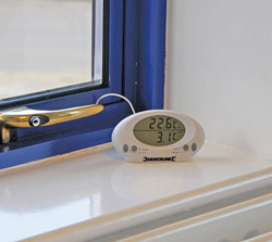 Silverline 675133 Indoor/Outdoor Thermometer in use