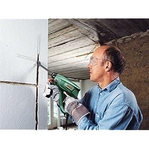 Selbst kleinere Mauerdurchbrüche und Abbrucharbeiten bewältigt der Bohrhammer von Bosch ohne Problem