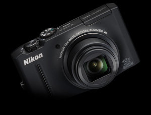 Die Nikon Coolpix S8100 in schwarz