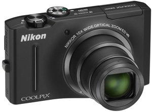 Die Nikon Coolpix S8100 mit Zoom-Objektiv