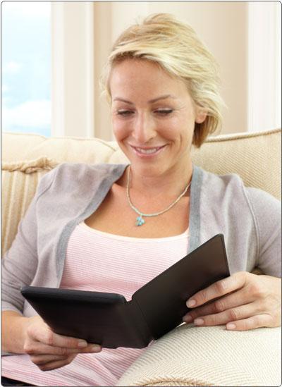 Lisez confortablement avec l'étui en cuir de protection Amazon pour Kindle Touch.