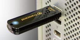 la JF700 se glisse facilement dans n'importe quel port USB sans bloquer les ports adjacent