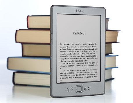 El lector Kindle delante de un montón de libros