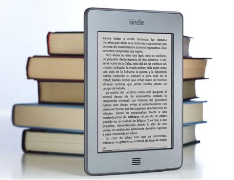 Kindle Touch delante de un mont�n de libros